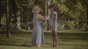 Mãe de inquietação que consola sua filha triste no parque vídeos de arquivo