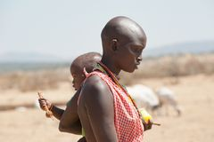 Mãe de Maasai com o bebê no braço, Tanzânia imagens de stock