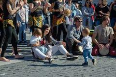 Mãe de Oung com as duas crianças que sentam-se na terra Fotos de Stock