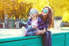 Mãe de sorriso feliz com a filha da criança que tem o divertimento junto imagens de stock