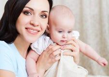 Mãe de sorriso feliz com o bebê idoso de seis meses Foto de Stock
