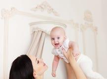 Mãe de sorriso feliz com o bebê idoso de seis meses Foto de Stock Royalty Free