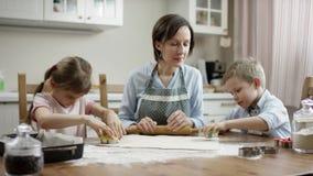 A mãe deixou crianças começar faz para diferir tipo das cookies eles whant para cozinhar a câmera do fluxo video estoque