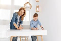 Mãe deleitada e filho positivos que têm o divertimento junto Foto de Stock Royalty Free