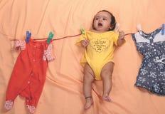 A mãe distraída pendura a criança na corda imagem de stock royalty free
