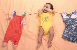 A mãe distraída pendura a criança na corda fotos de stock royalty free