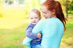 Mãe do retrato e criança de sorriso felizes do filho fora fotografia de stock royalty free