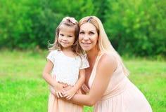 Mãe do retrato e criança felizes da filha junto no verão Fotos de Stock Royalty Free