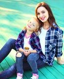 mãe do retrato e filha de sorriso felizes da criança foto de stock royalty free