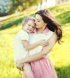 Mãe do retrato e filha novas felizes da criança no verão Imagens de Stock Royalty Free