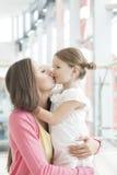Mãe e abraço e beijo da filha fotos de stock royalty free