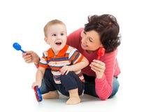 Menino da mãe e do miúdo que tem o divertimento Foto de Stock Royalty Free