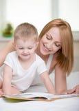 Mãe e bebê fotografia de stock
