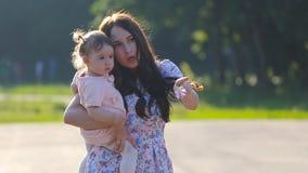 Mãe e bebê bonitos fora nave video estoque