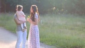 Mãe e bebê bonitos fora nave filme