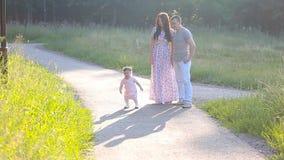 Mãe e bebê bonitos fora nave vídeos de arquivo