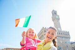 Mãe e bebê com a bandeira em Florença Imagens de Stock