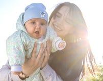 Mãe e bebê com luminoso Fotografia de Stock Royalty Free