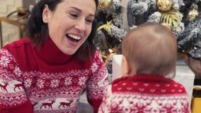 Mãe e bebê de amor que comemoram o Natal video estoque