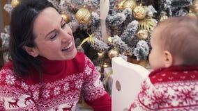 Mãe e bebê de amor que comemoram o Natal vídeos de arquivo