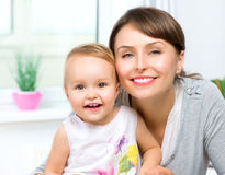 Mãe e bebê de sorriso felizes Fotos de Stock Royalty Free