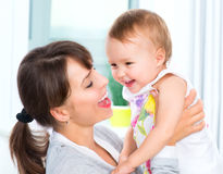 Mãe e bebê de sorriso felizes fotos de stock