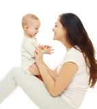 Mãe e bebê de sorriso felizes no fundo branco Imagens de Stock