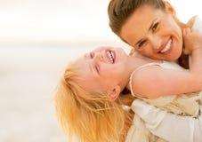 Mãe e bebê de sorriso que têm o tempo do divertimento Fotografia de Stock Royalty Free