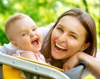Mãe e bebê exteriores fotografia de stock royalty free