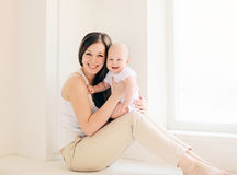 Mãe e bebê felizes em casa Imagem de Stock