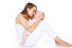 Mãe e bebê felizes sensuais do sono Fotografia de Stock