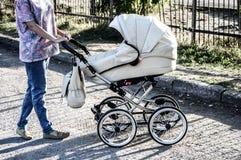 Mãe e bebê na caminhada Imagem de Stock