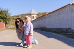 Mãe e bebê na estrada Imagens de Stock