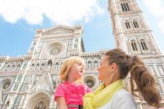 Mãe e bebê na frente do domo em Florença Fotos de Stock Royalty Free