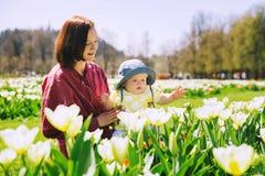 Mãe e bebê no parque da mola foto de stock