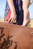 Mãe e criança com a mala de viagem retro pronta para Fotos de Stock Royalty Free