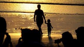 Mãe e criança de passeio Fotos de Stock Royalty Free