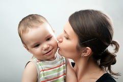 Mãe e criança em branco e em cinzento Fotografia de Stock