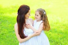 Mãe e criança felizes do retrato junto no verão Imagens de Stock Royalty Free