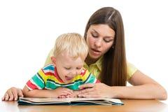 A mãe e a criança leram um livro Fotografia de Stock Royalty Free