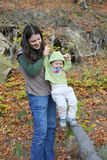 Mãe e criança na montanha foto de stock royalty free