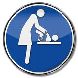 Mãe e criança na tabela em mudança Fotografia de Stock