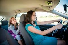 Mãe e criança no carro foto de stock