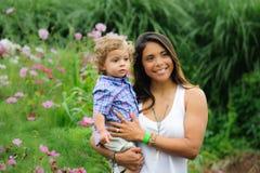 Mãe e criança no jardim exterior fotos de stock royalty free