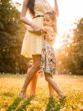 Mãe e criança no por do sol Imagens de Stock Royalty Free