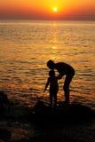 Mãe e criança: Papel de parede do por do sol - imagem conservada em estoque Fotografia de Stock