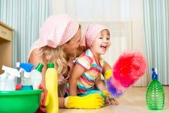 Mãe e criança prontas à limpeza da sala Fotos de Stock