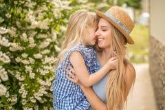 Mãe e criança que abraçam e que têm o parque natural exterior do divertimento imagens de stock royalty free