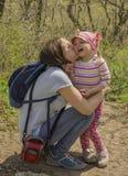 Mãe e criança que andam no parque imagem de stock