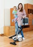 Mãe e criança que fazem a limpeza da casa Imagens de Stock Royalty Free